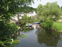 Gesehenes blumiges Boot und typische Häuser des Bretonen lizenzfreies stockbild