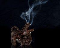 Gesehnter Drache-Duft-Brenner, der mit Rauche Ri brennt Stockbilder