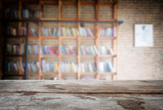 Geselecteerde nadruk lege oude houten lijst en Bibliotheek of Boekhandel Stock Afbeeldingen