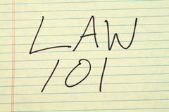 Gesetz 101 auf einem gelben Kanzleibogenblock Stockbilder