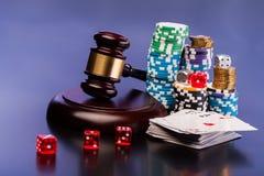 Gesetz und spielendes Geld Stockfotografie