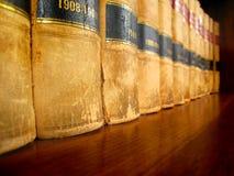 Gesetzbücher auf Regal Stockbild