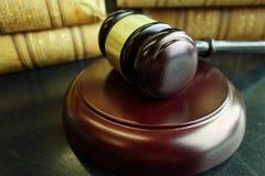 Gesetzbücher und Hammer Stockbilder