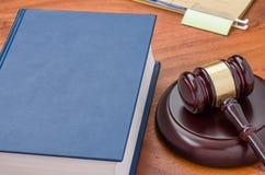 Gesetzbuch mit einem Hammer stockfotografie