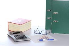 Gesetzbuch und Taschenrechner mit Dokumenten stockfotografie