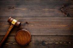 Gesetzes- oder Rechtswissenschaftskonzept Beurteilen Sie Hammer auf dunklem hölzernem Draufsicht-Kopienraum des Hintergrundes lizenzfreie stockfotografie