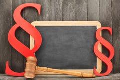 Gesetzes- und Gerechtigkeitskonzept mit leerem Tafel- und Richterhammer lizenzfreies stockfoto