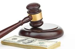 Gesetzeshammer auf einem Stapel amerikanischem Geld. Lizenzfreies Stockfoto