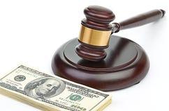 Gesetzeshammer auf einem Stapel amerikanischem Geld. Stockfotografie