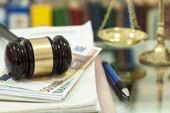Gesetzeshammer auf Geld Lizenzfreies Stockfoto