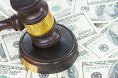 Gesetzeshammer und Euro-Geld Stockfotografie