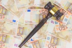 Gesetzeshammer und Euro-Geld Lizenzfreies Stockbild