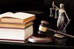 Gesetzeskonzept auf schwarzem Hintergrund Lizenzfreie Stockfotografie