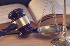Gesetzeskonzept, Hammerskala und Buch Stockfoto
