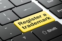 Gesetzeskonzept: Registrieren Sie ein eingetragenes Warenzeichen auf Computertastaturhintergrund lizenzfreie abbildung