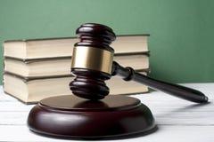 Gesetzeskonzept - reservieren Sie mit hölzernem Richterhammer auf Tabelle in einem Gerichtssaal oder in einem Durchführungsbüro Stockbild