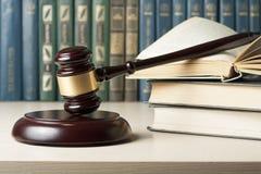 Gesetzeskonzept - reservieren Sie mit hölzernem Richterhammer auf Tabelle in einem Gerichtssaal oder in einem Durchführungsbüro Lizenzfreie Stockfotos