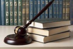 Gesetzeskonzept - reservieren Sie mit hölzernem Richterhammer auf Tabelle in einem Gerichtssaal oder in einem Durchführungsbüro Stockfotografie