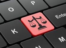 Gesetzeskonzept: Skalen auf Computertastaturhintergrund Stockbilder