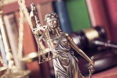 Gesetzeskonzept, -statue, -hammer, -skala und -bücher stockfotografie