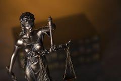 Gesetzesthema Blindes Gerechtigkeitssymbol - Themis Lizenzfreie Stockbilder