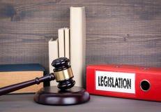 gesetzgebung Hölzerner Hammer und Bücher im Hintergrund Gesetzes- und Gerechtigkeitskonzept Lizenzfreie Stockfotos