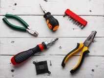 Gesetzte alte manuelle Werkzeuge Verwitterte Holzoberflächelüge die alten, öligen Schlüssel, Zangen Nahe zerstreuten alten rostig Lizenzfreie Stockfotografie
