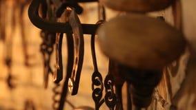 Gesetzte alte Werkzeuge für Metallschmieden Zangen, Hämmer und andere Metallarbeitsgeräte stock video