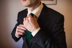 Gesetzte Bindung des Bräutigams gerade Stockfoto