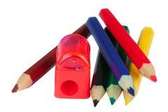 Gesetzte Bleistifte des Büros und Bleistiftspitzer Stockfotos