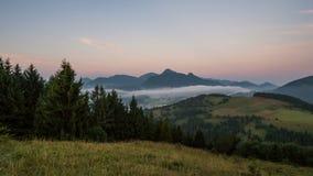 Gesetzte Dämmerung und Sonnenaufgang des Mondes in den nebeligen Bergen gestalten Zeitspanne landschaftlich stock video