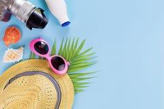 Gesetzte Draufsicht, Ausstattung und Zubehör des Sommers des Reisenden auf Blau Lizenzfreie Stockbilder