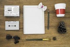 Gesetzte Draufsicht der Erholung mit leerem Papier und Kassettenrecorder Lizenzfreies Stockfoto