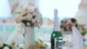 Gesetzte erwartende Gäste der Hochzeitsempfangtabelle stock video footage