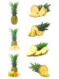 Gesetzte frische Ananas trägt mit dem Schnitt Früchte, der auf Weiß getrennt wird Lizenzfreie Stockfotografie