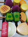 Gesetzte hölzerne Spielwaren des Grills für Baby Lizenzfreies Stockbild