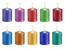 Gesetzte mehrfarbige feierliche brennende Kerzen lokalisiert auf weißem b Lizenzfreie Stockbilder