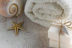 Gesetzte Produkt-zweistück seifen des Badekurortes, weiche Tücher und Seeoberteile auf hölzernem Hintergrund mit Raum für Text Stockfotos