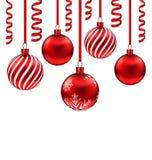 Gesetzte rote Glaskugeln mit Serpentin für frohe Weihnachten, Isolat Lizenzfreie Stockfotografie