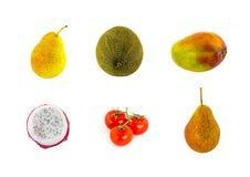 Gesetzte saftige Fruchtgelbbirnengrün-Melonenmango halbierte ptokhaya und eine Niederlassung von Tomaten auf einem Weiß Lizenzfreie Stockbilder