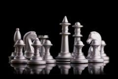 Gesetzte Schachfiguren des Silbers auf einem Schwarzen Lizenzfreies Stockbild