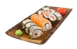 Gesetzte Sushi Assorti auf dem hölzernen Brett lokalisiert auf weißem Hintergrund Lizenzfreie Stockbilder