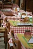 Gesetzte Tabellen des Restaurants Stockfoto