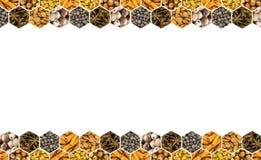 Gesetzte trockene schwarze Erbsen des Kokosnusssternanises pfeffern und nuts Mandel und Haselnuss auf einer weißen Hintergrundbas Stockbilder