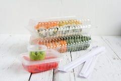 Gesetzte Verpackung der Sushilieferung mit Wasabi und Ingwer Stockbild