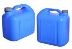 Gesetzter blauer Plastikkanister lokalisiert auf Weiß Stockbild