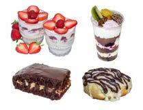 gesetzter Kuchen: Kleinigkeit, Käsekuchennachtisch, Schokoladenkuchen, Zimtgebäck, lokalisiert auf weißem Hintergrund Stockfotos