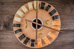 Gesetzter Sashimi und Rollen der Sushi auf einem hölzernen Brett Hintergrund Beschneidungspfad eingeschlossen Lizenzfreies Stockbild