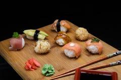Gesetzter Sashimi und Rollen der Sushi dienten auf hölzernem Schreibtisch Lizenzfreie Stockfotografie