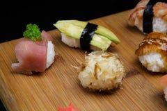 Gesetzter Sashimi und Rollen der Sushi dienten auf hölzernem Schreibtisch Stockfotografie